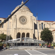 Workers prepare to begin lifting the altar roof structure.