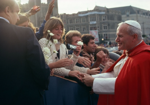 POPE JOHN PAUL II GREETS CATHOLIC UNIVERSITY STUDENTS DURING HIS VISIT TO THE CAMPUS IN 1979.